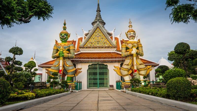 Estátuas do guardião do demônio que decoram o templo budista fotos de stock royalty free