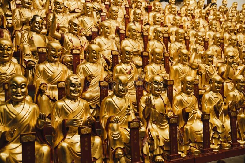 Estátuas do ouro do Lohans no templo budista de Longhua, Shanghai, China fotografia de stock royalty free
