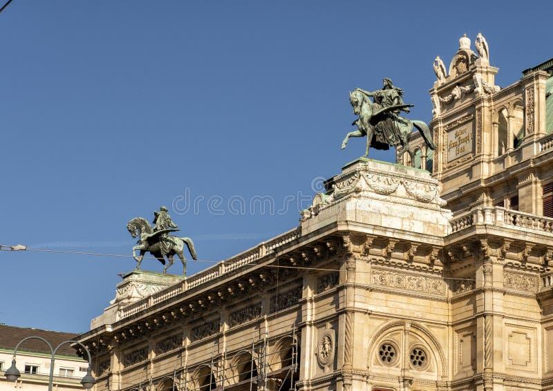 Estátuas dos cavaleiros em cavalos voados na construção de Opera do estado de Viena, Áustria imagens de stock