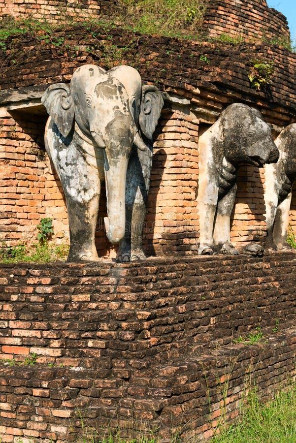 Estátuas dos elefantes em ruínas do templo budista imagens de stock royalty free