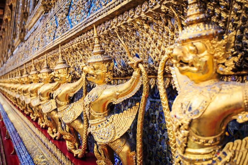 Estátuas douradas do garuda em Wat Phra Kaew no palácio grande, Banguecoque fotos de stock