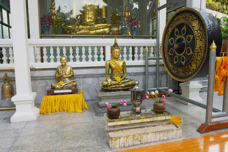 Estátuas e cilindro da Buda em Wat Saket Ratcha Wora Maha Wihan o templo dourado da montagem em Banguecoque, Tailândia fotos de stock royalty free