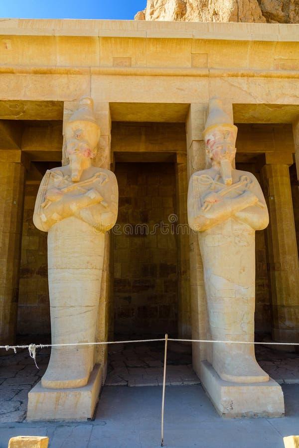 Estátuas em um templo de Hatshepsut em Luxor, Egito foto de stock