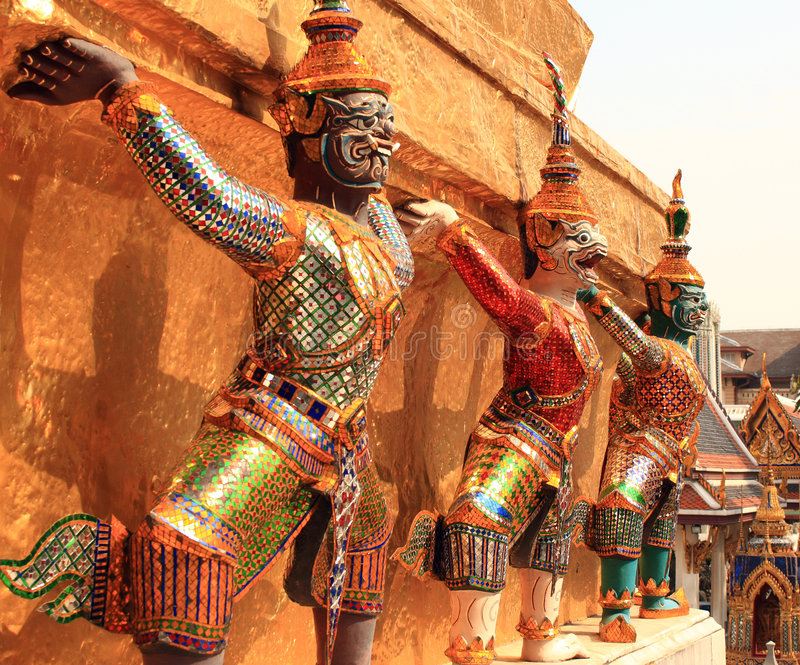 Estátuas gigantes em Wat Phra Kaew imagens de stock royalty free