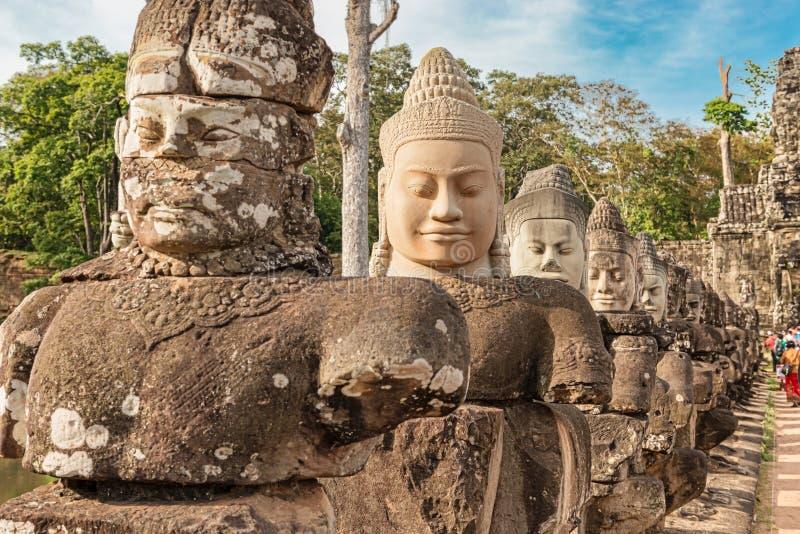 Estátuas na porta sul a Angkor Thom, Angkor, mundo Herit do UNESCO fotografia de stock royalty free