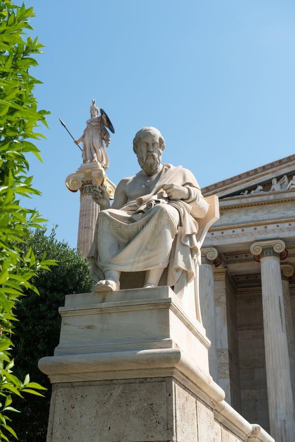 Estátuas neoclássicos de Socrates e de Athena foto de stock royalty free