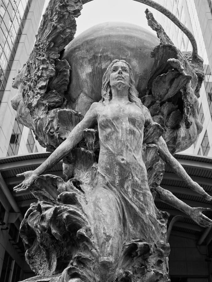 Estátuas no beautifyl médio da cidade fotografia de stock royalty free