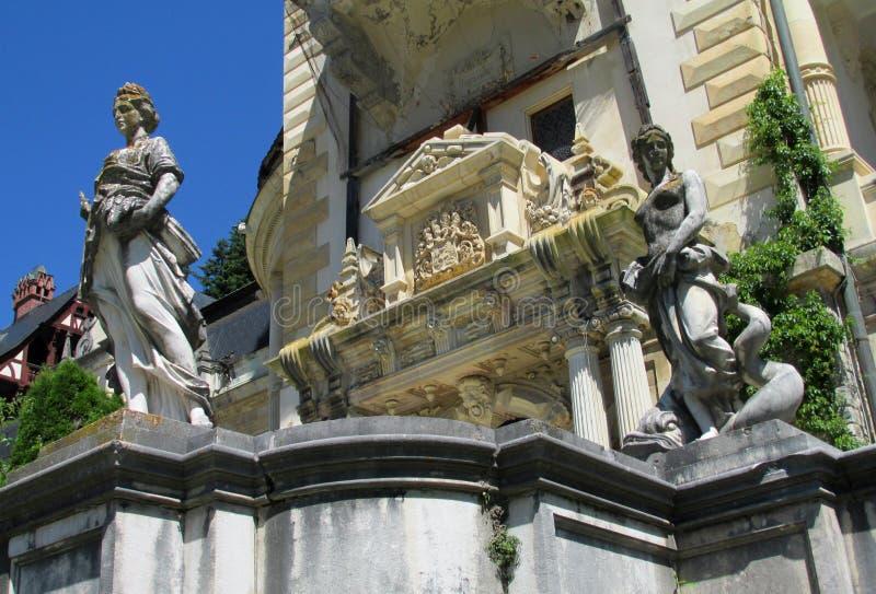 Estátuas no inSinaia do paláciode Pelisor, Romênia imagem de stock