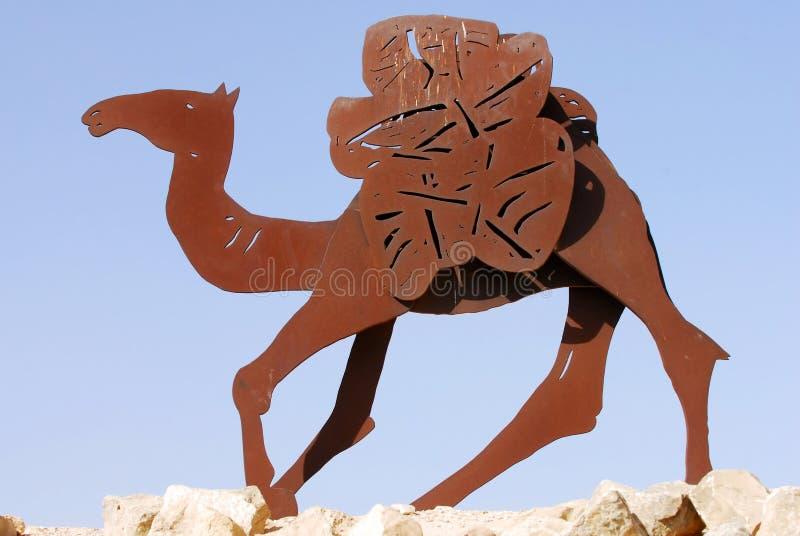 Estátuas no Negev, Israel do camelo foto de stock
