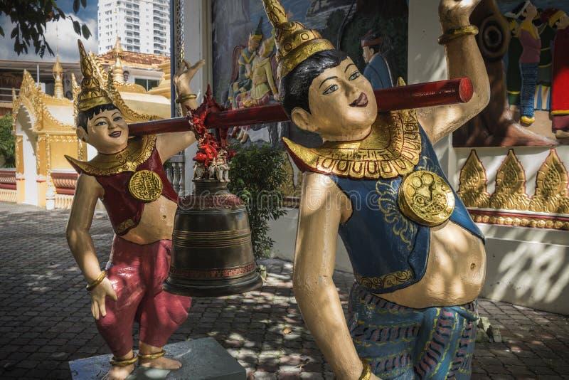 Estátuas no território de um templo budista, Georgetown, Penang, Malásia foto de stock royalty free