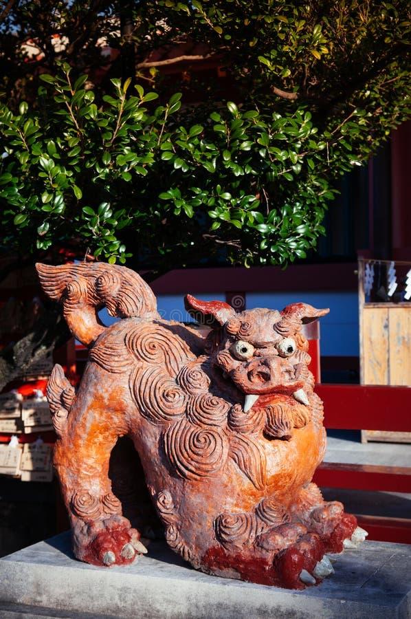 Estátuas Okinawan do leão de Shisa, usadas como a talismã ou o guardião no shr imagem de stock
