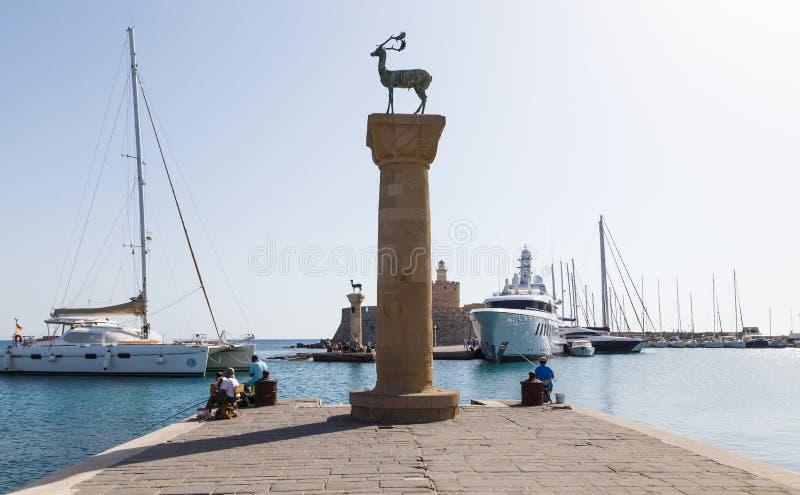 Estátuas onde o colosso do Rodes pode ter estado, Grécia dos cervos do porto e do bronze de Mandraki imagem de stock
