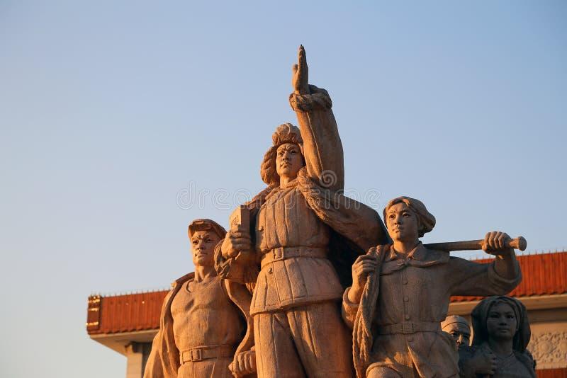 Estátuas revolucionárias na Praça de Tiananmen no Pequim, China fotos de stock royalty free
