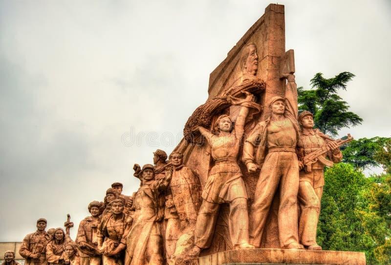 Estátuas revolucionárias no mausoléu de Mao Zedong no Pequim foto de stock