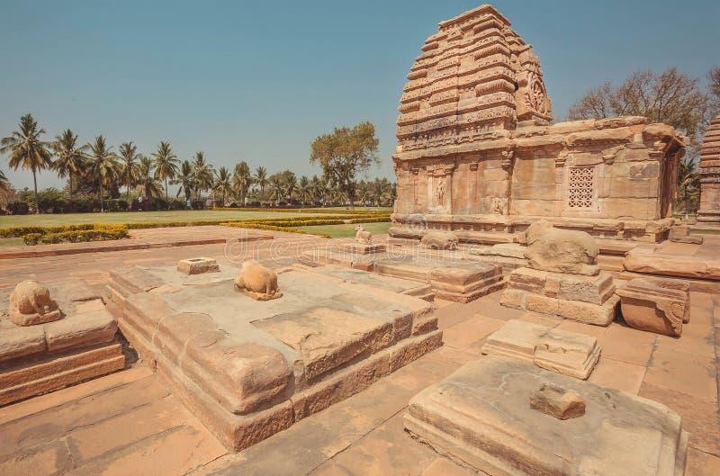 Estátuas sagrados dos touros e hindu cinzelado dos templos, Pattadakal Complexo do século VII da Índia Local do património mundia imagem de stock