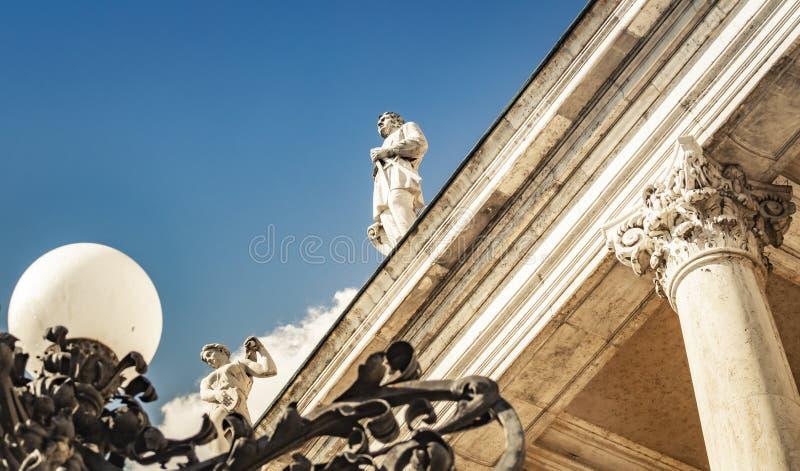 Estátuas sobre Buda Castle em Budapest, Hungria fotos de stock