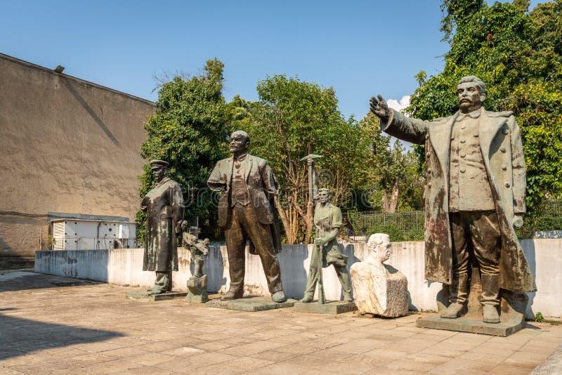 Estátuas soviéticas vestidas velhas escondidas afastado em um parque público em Tirana Albânia Cultura de Europa Oriental fotos de stock royalty free