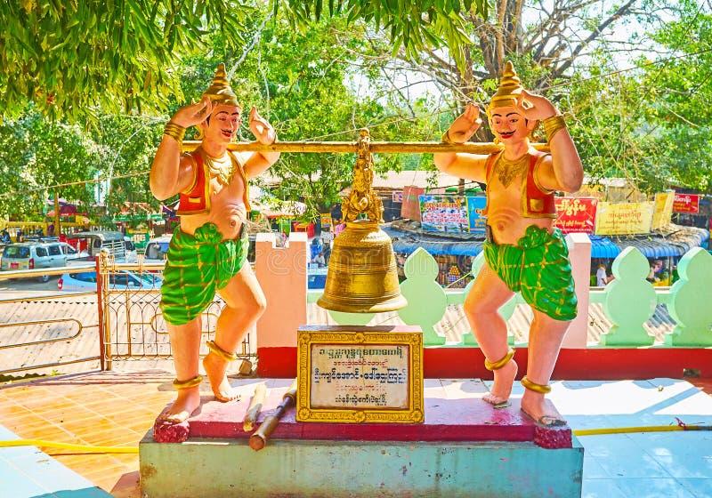 Estátuas tradicionais do birmanês com Bell budista, configuração Paya de Shwe Gu, Bago, Myanmar imagens de stock royalty free