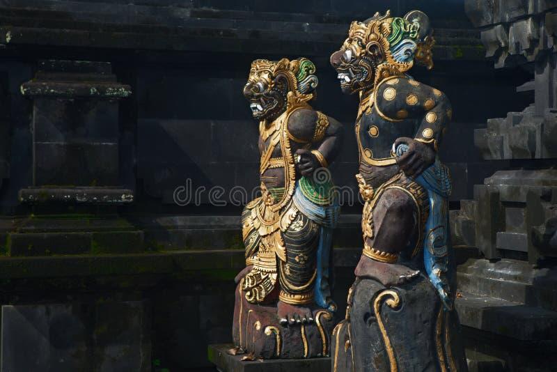 Estátuas tradicionais do demônio do protetor do Balinese foto de stock