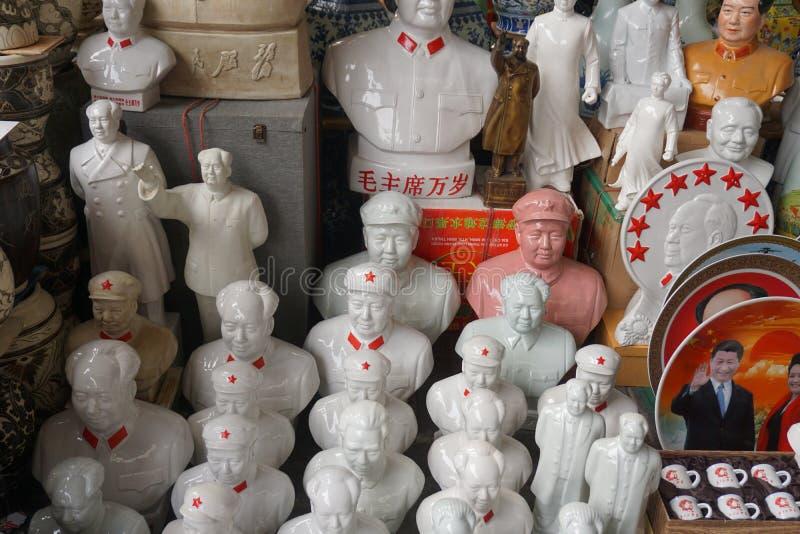 Estátuas vermelhas de Mao da estrela em uma feira da ladra no Pequim em China imagem de stock