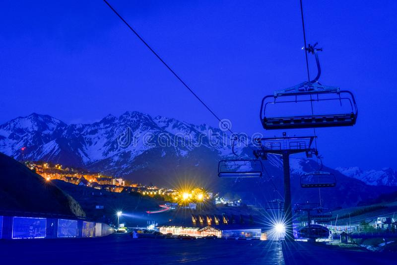 Estância de esqui e vila na noite, Pyrenees imagens de stock