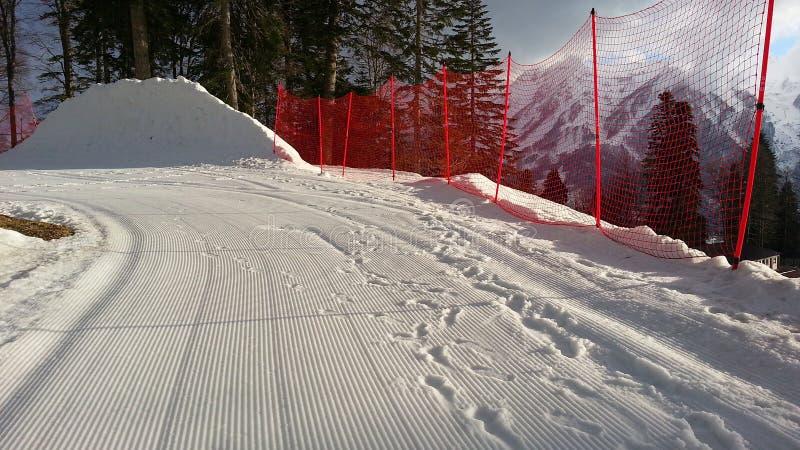 Estância de esqui nas montanhas de Cáucaso, nas inclinações e nos picos da neve fotografia de stock