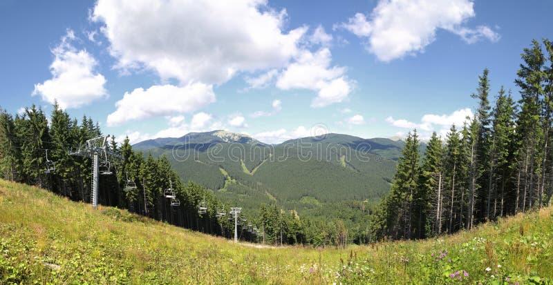 Estância de esqui no verão, Carpathians de Bukovel imagem de stock