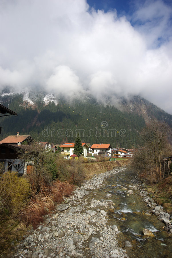 Estância de esqui, vila pequena Mayrhofen Áustria fotografia de stock