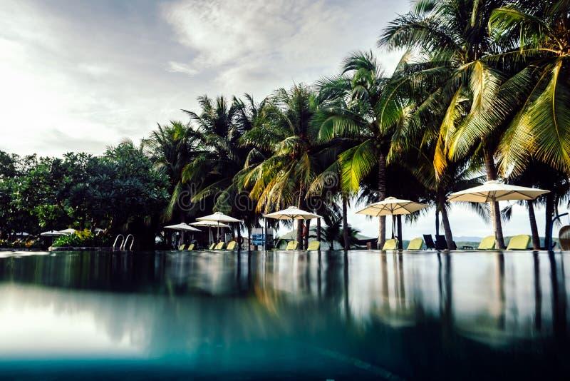 Estância de verão dos termas com piscina do ar livre fotos de stock