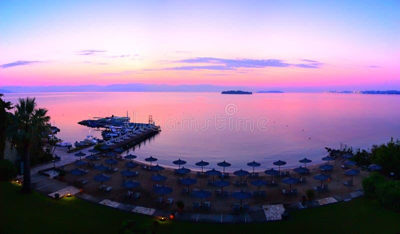 Estância de verão no nascer do sol, Grécia de Corfu imagem de stock