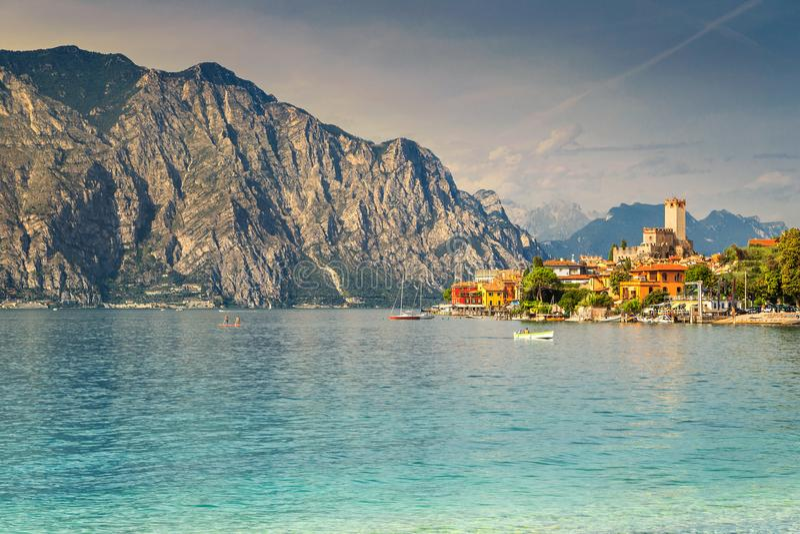 Estância turística de Malcesine e montanhas altas espetaculares, lago Garda, Itália fotos de stock royalty free