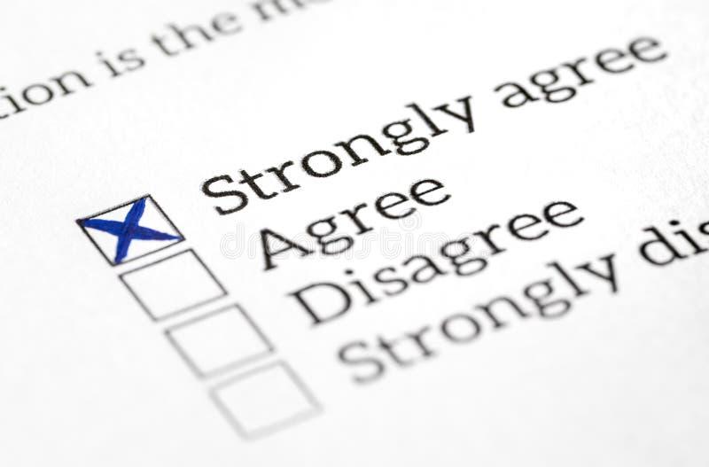 Esté de acuerdo adentro el sondeo, la encuesta sobre y el cuestionario comprobados caja de opinión Respuesta feliz y positiva fotos de archivo