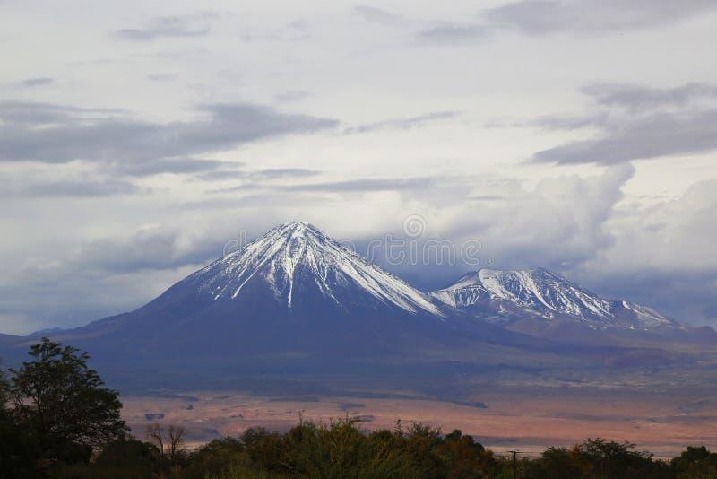 Download Esté En La Luna El La Luna Landscape Del Valle O De Valle De Con Los Volcanes En El Desierto De Atacama Imagen de archivo - Imagen de desierto, andes: 64206775