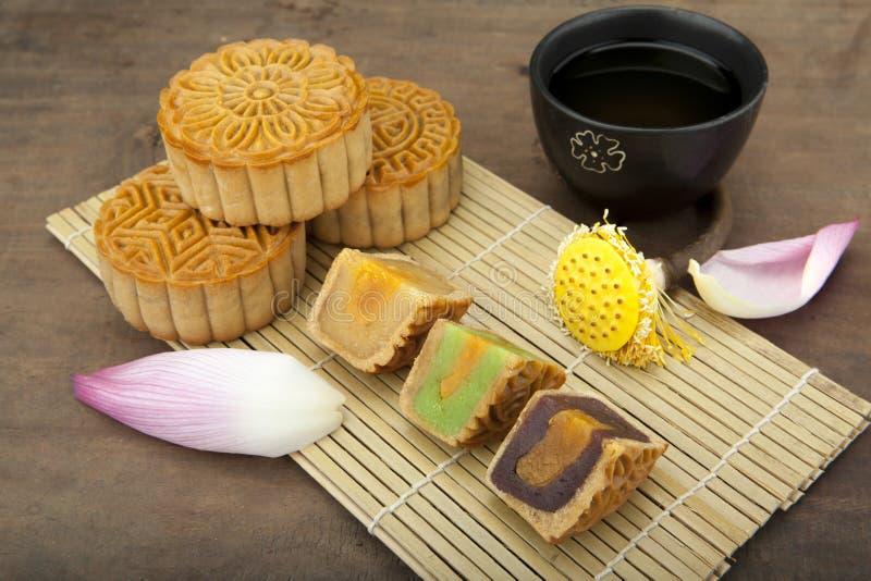 Esté en la luna la torta tradicional de la torta del vietnamita - mediados de comida china del festival del otoño fotos de archivo