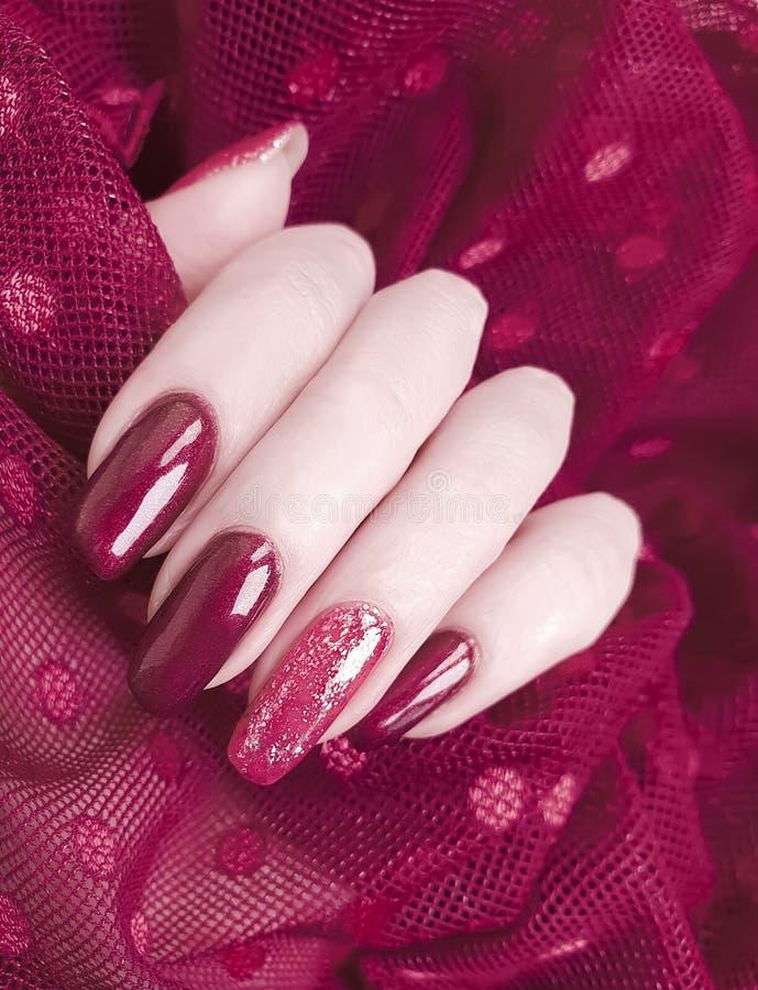 Estética creativa de la mano del cordón de moda polaco femenino de la manicura, elegante, elegancia foto de archivo