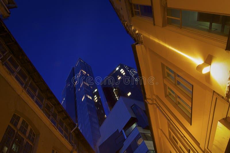 Estónia: Edifícios modernos e hora azul em Tallinn imagens de stock royalty free