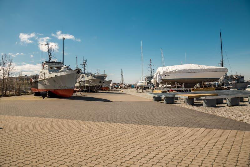 Estônia, Tallinn 4 de maio de 2018: Estacionamento dos navios pequenos, iate no porto de Tallinn Dia ensolarado da mola fotografia de stock royalty free