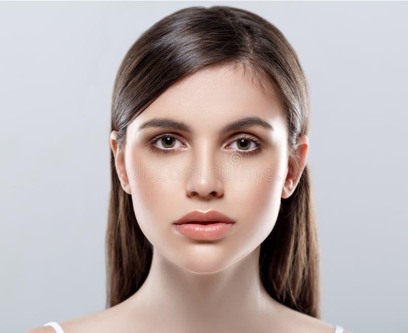Estúdio bonito da cara da mulher no branco com bordos 'sexy' imagens de stock royalty free