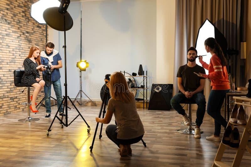 Estúdio da foto com equipamento e a equipe profissionais foto de stock royalty free