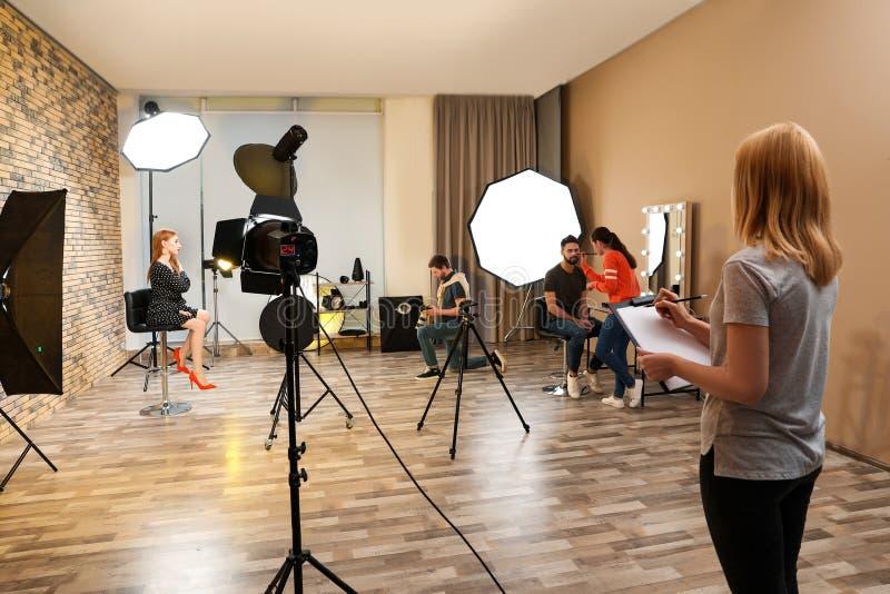 Estúdio da foto com equipamento e a equipe profissionais imagens de stock