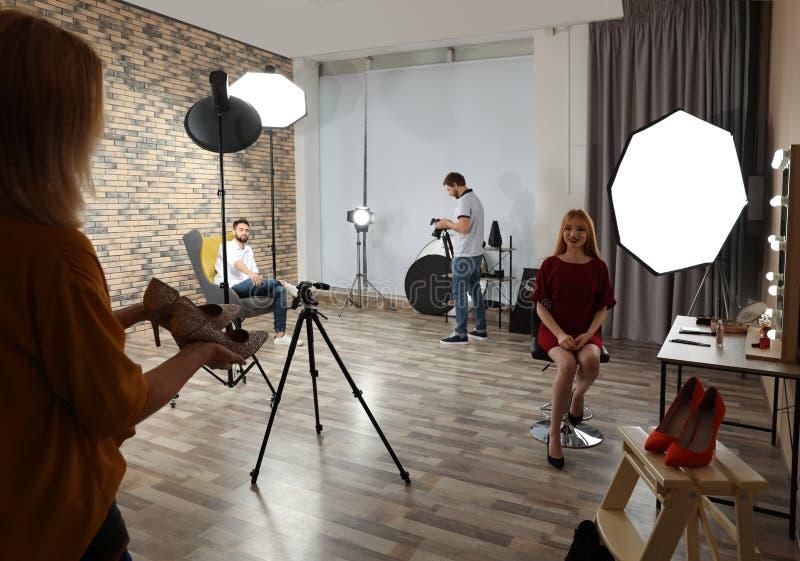 Estúdio da foto com equipamento e os trabalhadores profissionais imagens de stock royalty free