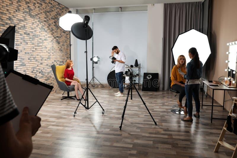 Estúdio da foto com equipamento e os trabalhadores profissionais fotos de stock