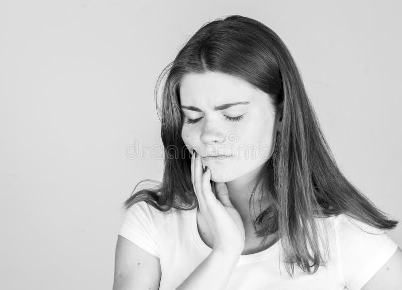 Estúdio da jovem mulher da dor de dente da dor de dente preto e branco foto de stock