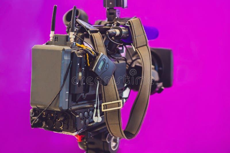 Estúdio da NOTÍCIA da tevê com câmera e luzes imagens de stock