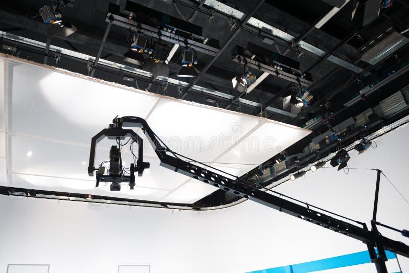 Estúdio da televisão com câmera e luzes de patíbulo imagens de stock