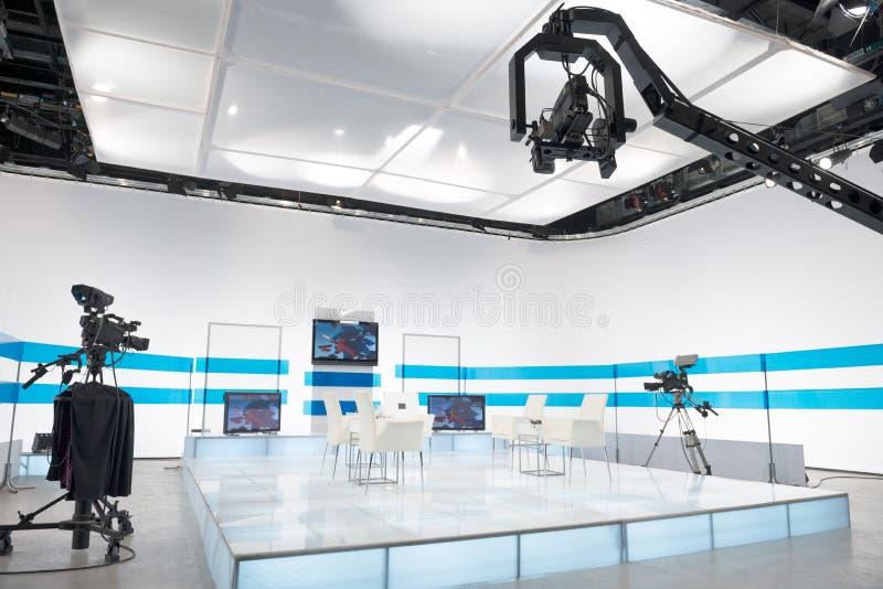 Estúdio da televisão com câmera e luzes de patíbulo imagens de stock royalty free