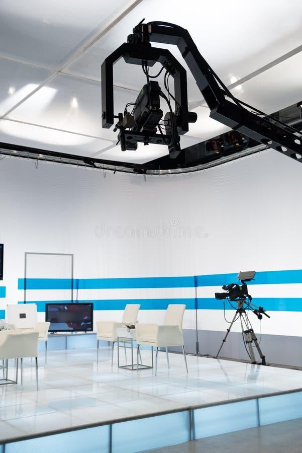 Estúdio da televisão com câmera e luzes de patíbulo imagem de stock royalty free