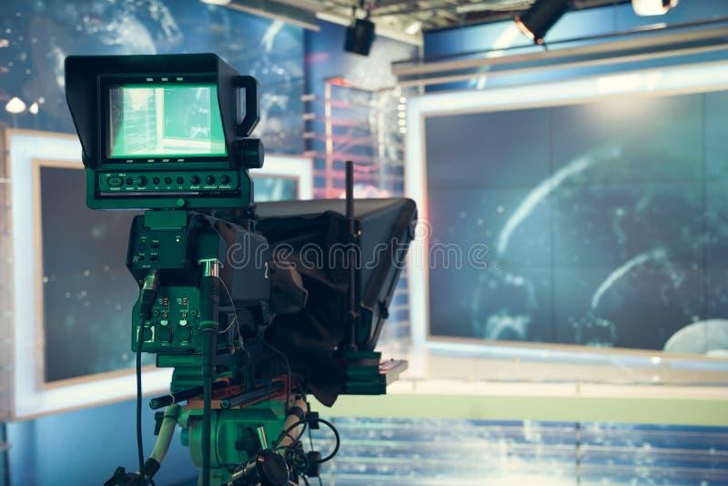 Estúdio da televisão com câmera e luzes - NOTÍCIA de gravação da tevê fotografia de stock royalty free