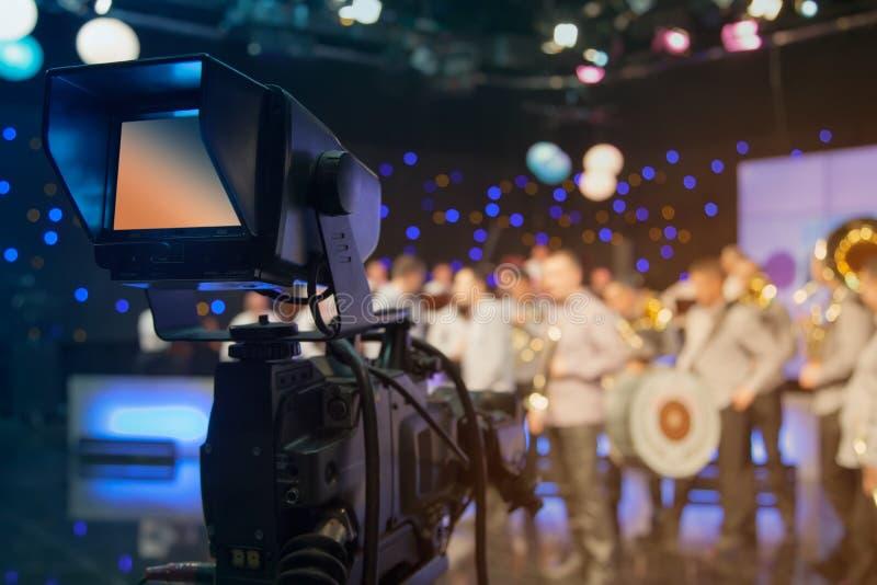 Estúdio da televisão com câmera e luzes - programa televisivo da gravação fotos de stock royalty free