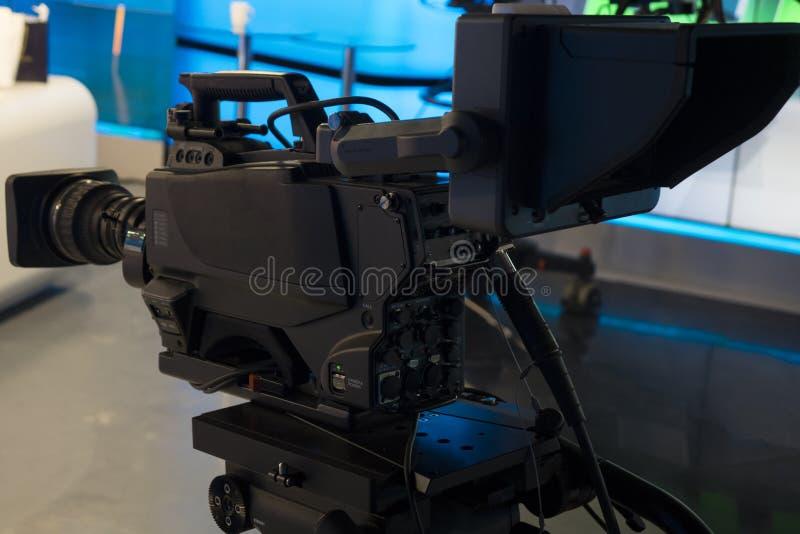 Estúdio da televisão com câmera e luzes - programa televisivo da gravação Profundidade de campo rasa foto de stock royalty free